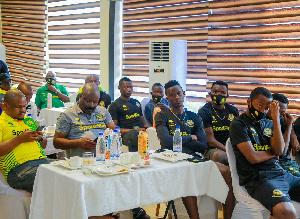 Sehemu ya msafara wa Yanga wakiwa nchini Nigeria
