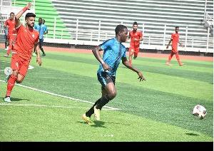 Mchezaji wa KMKM FC, akimiliki Mpira mbele ya mchezaji Al Ittihad
