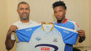 Afisa Mtendaji Mkuu wa Azam FC, Abdulkarim Popat (Kushoto)