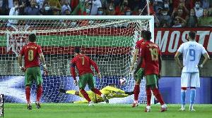 Mshambuliaji wa Ureno, Cristiano Ronaldo akifunga mkwaju wa Penati