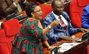 Mbunge ataka kupanda juu ya meza kuonesha msisitizo, azuiwa (+video)