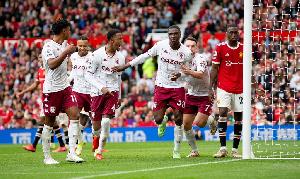 Aston Villa wakishangilia goli lao dhidi ya Man United