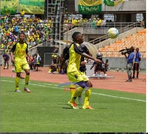 Mchezaji wa Cambiasso Sports Academy akijiandaa kuondosha mpira mbele ya Mchezaji wa Yanga