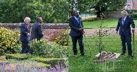 Picha za Rais Uhuru, Waziri Borris wakipiga raundi na kufurahia stori