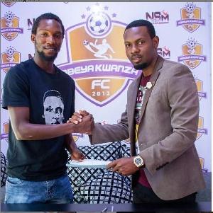 Salum Abdallah Chuku akisaini Mkataba wa Kuitumikia Mbeya Kwanza