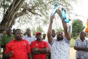 Babu Tale Atinga Kijiji Wanachotumia Mti Kupata Mawasiliano