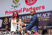 CEO wa Simba ,Babra Gonzalez akikabidhiana mkataba na mwakilishi wa Kampuni ya Aluminium