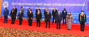 Rais Samia akiwa na viongozi kwenye mkutano wa SADC