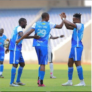 Wachezaji wa Azam wakimpongeza Dube baada ya kufunga goli dhidi ya Kabwe Warriors
