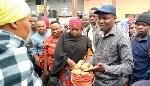 Mbunge wa Arusha Mjini, Mrisho Gambo akijadili jambo na wafanyabiashara wa soko la Semunge