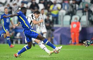 Winga wa Juve, Federico Chiessa akimtoka beki wa Chelsea
