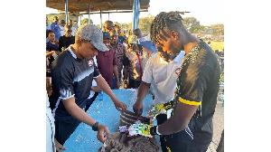 Kipa wa Biashara United, Ssetuba akipokea zawadi zake kwa Mkuu wa Mkoa Ally Hapi